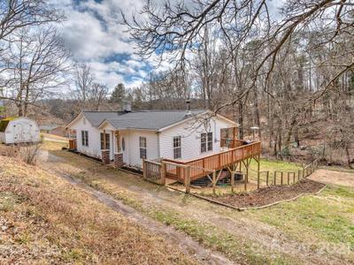 360 Youngs Cove Rd, Candler, NC 28715